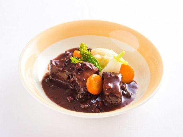 豚バラ肉の赤ワイン煮込みとジャガイモのエクラゼ - 木口 直樹シェフのレシピ。1.火が入りやすい大きさに肉をカットする 2.小麦粉が入ったら焦がさないよう火加減を注意する 3.色の濃い赤ワイン(カベルネソーヴィニョン種など)を使用する