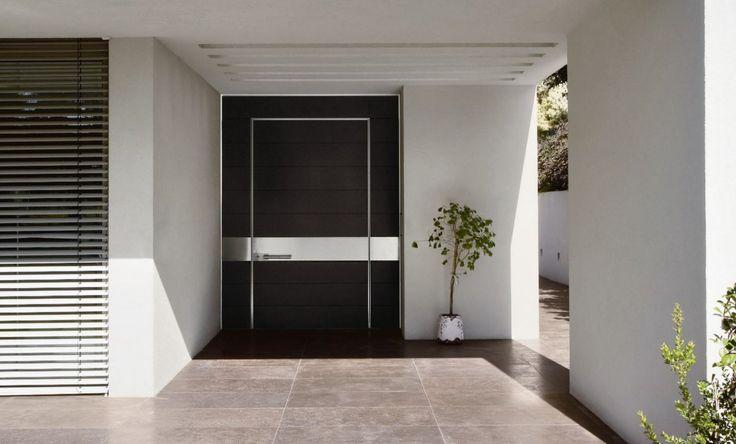 Consigli per la scelta d'acquisto porte blindate - portone d'ingresso blindato in legno scuro con inserti in acciaio inox - blog Start Preventivi