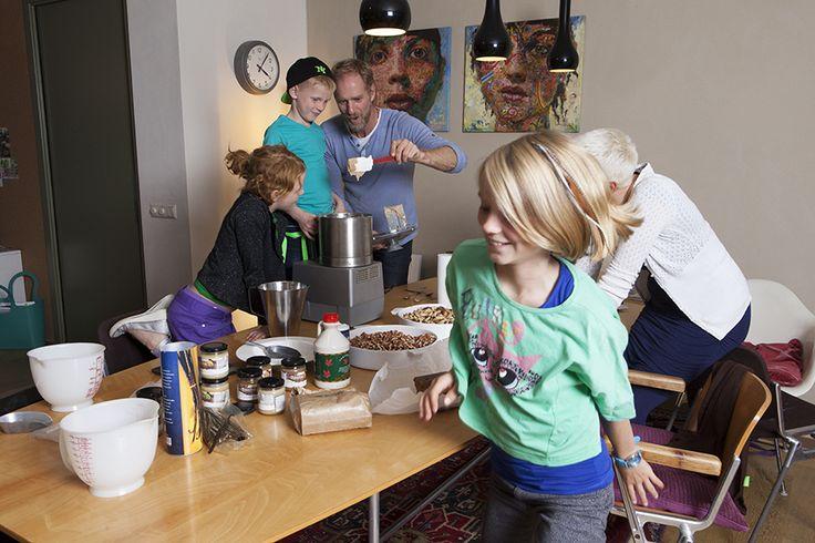 Chocolade- en notenpasta's uit de winkel zijn niet altijd even lekker en gezond. Dus maken Ben, Sanne, Saga (10), Siri (9), Mika (7) ze zelf thuis in Den Haag.