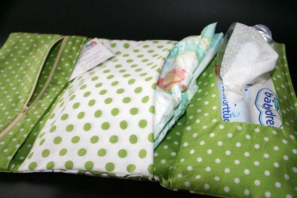 Die kleine Wickeltasche für unterwegs Eine Mami muss immer Windeln, Feuchttücher usw dabei haben. Da ist so eine kleine Wickeltasche genau das Richtige. Sie passt ( fast ) in jede Handtasche oder Rucksack. kleine Wickeltasche für unterwegs Diese kleine Wickeltasche … weiterlesen