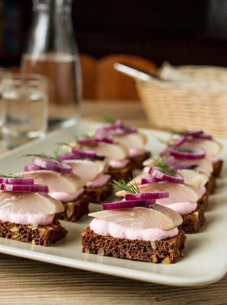 Тартинки с сельдью и сметанным соусом с хреном