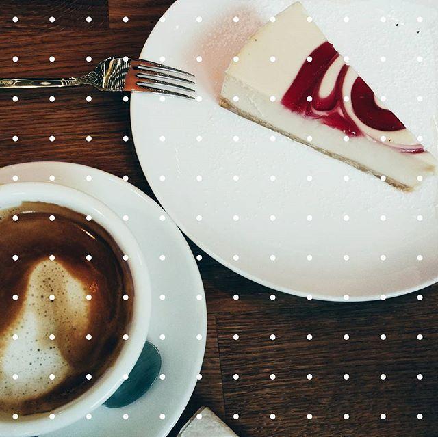 Можно бесконечно ныть о том как я устала, а можно взять себя в руки и быть мужиком) Соберись тряпка говорю я сейчас себе и бегу совершать маленькие подвиги.  #morning #workdays #atwork #winter #coffeelovers #coffee #cheesecake #vscobelarus #vsco #belinsta #sweet #everyday