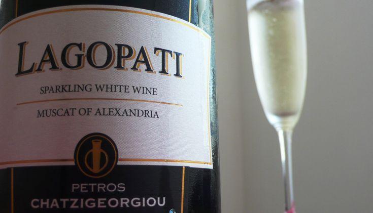 Ο Πέτρος Χατζηγεωργίου έχει ταυτίσει το όνομά του με το ποιοτικό κρασί της Λήμνου και ιδιαίτερα με την ποικιλία Μοσχάτο Αλεξανδρείας. Εδώ δοκιμάζουμε και αξιολογούμε το ξηρό, αφρώδες του. ΒΑΘΜΟΣ: 6,5 / 10