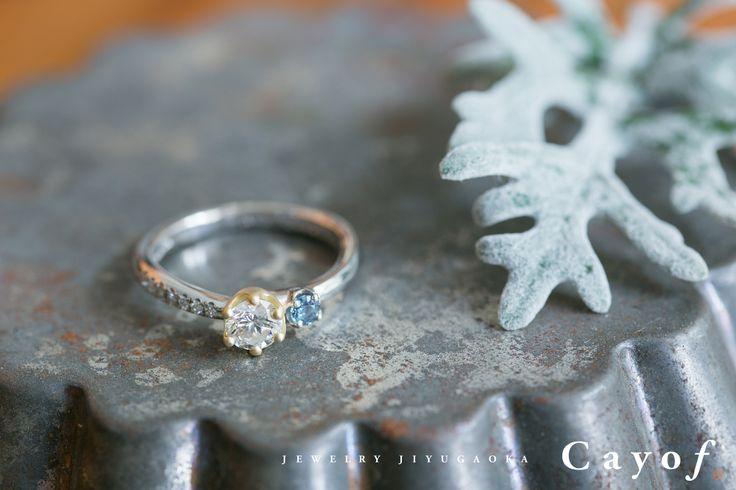 【cayof】エンゲージリングのリメイク。 立爪の婚約指輪からプラチナとK18イエローゴールドのコンビネーションリングに生まれ変わりました。 中石にはもともとのリングについていた0.38ctのダイヤモンドを丁寧に留めて、サイドには太陽光ではグリーン、暖色系のライトでは赤く輝くアレキサンドライトと、メレダイヤモンドをセットしました。 これからの新しい生活に華を添えてくれる大切なジュエリーになることを願っています。 ジュエリー カヨフ   自由が丘