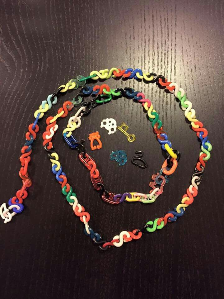 De ketting/armband van vele gekleurde S vormen. Elke keer weer nieuwe maken. Hønseringe