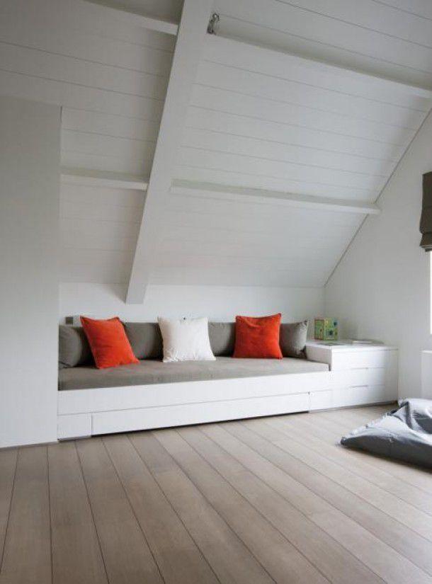 De combinatie van het witte plafond met de kleur van de vloer vinden we erg mooi
