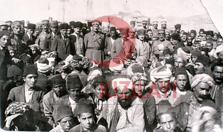 1925 Atatürk ve Hasankale'de Depremzedeler