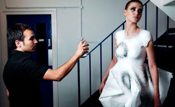 Ropa en aerosol-para dibujar sobre el cuerpo las prendas soñadas (Cortesía de Emilio Mejía)