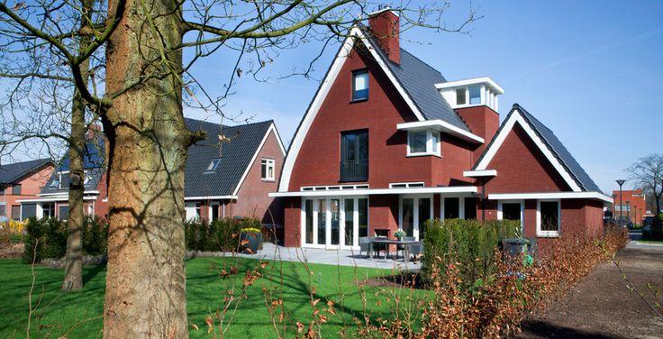 Luxe woning / villa jaren 30 stijl, op bijzondere bosrand kavel. Deze bijzondere woning onder architectuur ontworpen in hedendaags jaren dertig stijl.