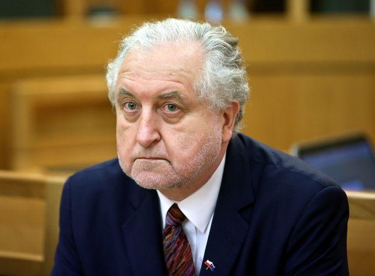 """Prof. Rzepliński pytany jak powinien zachować się rząd wobec stanowiska Komisji Weneckiej odpowiedział, że """"jeśli jakieś państwo chce się zaliczać do państw cywilizowanych"""", to powinno przestrzegać tego stanowiska.,,- Jesteśmy zobowiązani jako państwo członkowskie UE - jestem przekonany, że w dalszym ciągu jako państwo Zachodniej Europy i jako państwo cywilizowane - do poszanowania (stanowiska Komisji Weneckiej), bo to, co otrzymamy obliguje nas moralnie i politycznie - mówił...."""
