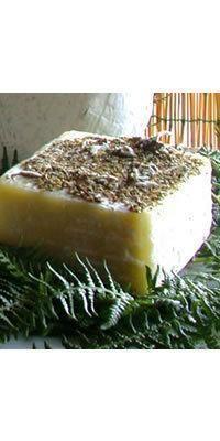 Caprino Fiorito Speziato è un formaggio lucano morbido prodotto esclusivamente con latte di capra allevate in montagna.