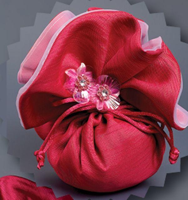 Μπομπονιέρα γάμου πουγκί από υπέροχο ύφασμα σαντούκ έξι εντυπωσιακά χρώματα.Όμορφο στρόγγυλο πουγκί για μπομπονιέρες γάμου από εντυπωσικό ύφασμα.Η μπομπονιέρα γάμου περιλαμβάνει:πουγκί, τούλι και κουφέτα Χατζηγιαννάκη.