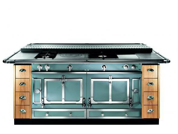 Was bedeutet es für die Küche, wenn sie mit dem Wohnraum verschmilzt? Die Möbel werden immer feiner. Und die Geräte? Sie sehen nicht nur immer besser aus, sondern können auch immer mehr. Armaturen filtern und sprudeln Wasser, Kühlschränke sind programmierbar – und Backöfen, Kochfelder und Dunstabzugshauben denken sogar mit!