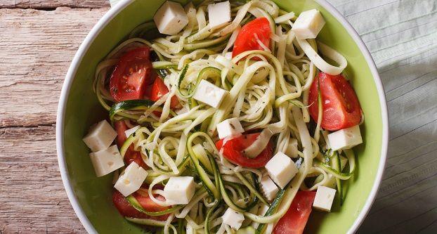Deze week een heerlijke pasta van courgettes. Je zou het haast niet denken maar courgettes zijn een geweldig alternatief. Met het je binnen een half uur een heerlijke pasta met weinig koolhydraten en veel eiwitten…