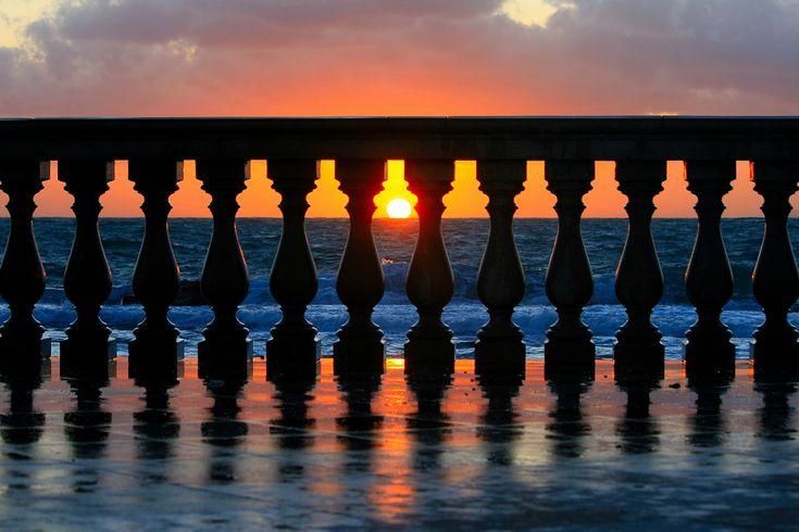https://flic.kr/p/7qeDYV   6 zero 6 (Explore!!!)   Italia, Toscana, Livorno, Terrazza Mascagni, Inverno 2009  La Terrazza Mascagni è un grande piazzale delimitato verso il mare da una sinuosa balaustra formata da 4.100 eleganti colonnine in conglomerato cementizio; il pavimento è costituito da una scacchiera di 8.700 metri quadrati formata da 34.800 piastrelle bianche e nere. Dal punto di vista architettonico, nonostante il periodo in cui fu progettata, non risente dei rigorosi dettami…