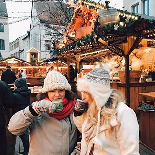 Showing Mom the art of Glüwein 🍷😍- she's hooked! Checking out one of the last remaining Christmas Marekts in Germany- Speyer. Such a pretty little town! #travelinbetween #helenelovesgermany