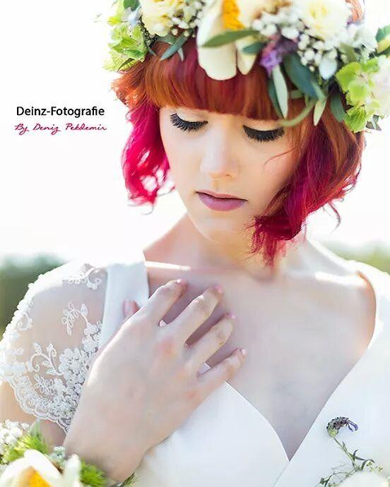 Danke für was wundervolle Bild @denizpekdemir !  Nur durch eine gute Kombination entsteht so ein in meinen Augen tolles Bild ;) danke an alle Beteiligten!   Fotografin: @denizpekdemir  Visagistin: @_laurims  Blumen: @susannstromerlieblingsblume Kleid: @mona_berg  Model: Sandra Kusche  #ilove #hochzeitskleid #hochzeit #braut #wedding #flowers #blumen #visa #makeup #readhead #blumenkranz #beauty #beautygirl #model #ilike by sandrakusche