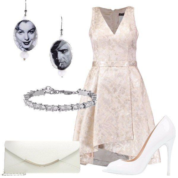 L'outfit è composto da un vestito elegante con scollo a V profondo, una pochette in fintapelle, un paio di tacchi bianchi, un paio di orecchini e da un bracciale.