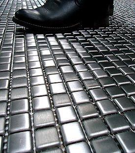 pastilha de aço inox no chão