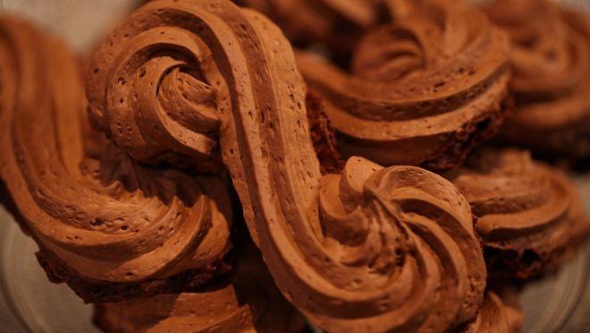Isırdığın anda bir büyü gibi erimeye başlayan çikolatalı bezeleri sen de istediğin gibi şekillendirebilirsin. Günün tarifini yapması da yemesi kadar zevkli!
