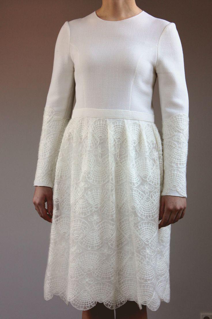Скромное свадебное платье из шерстяного крепа и кружева (шитье белым мохером по сетке)