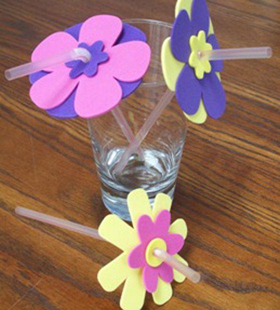 Decorar pajitas para cumpleaños con flores de foami