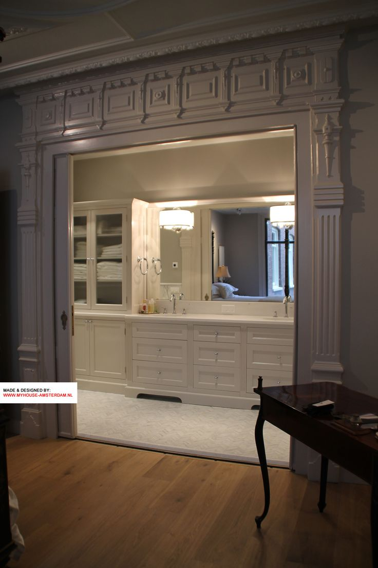 Hereby the entry to the custom made bathroom is very well visible. By My House Interiors in Amsterdam. This is the classic kamer ensuite / room divider with classic woodprofiling that is typical for the Amsterdam rich canal houses