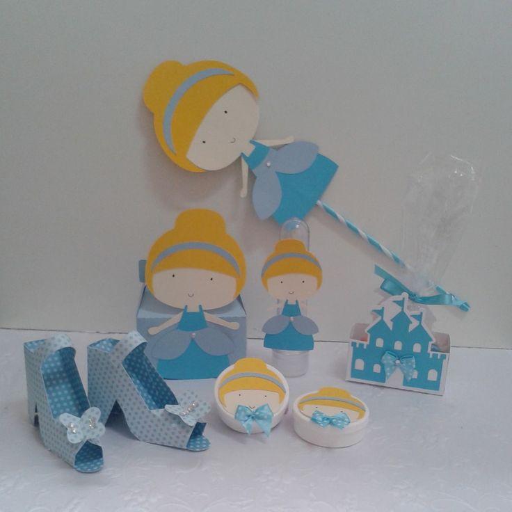 O kit festa Cinderela para mesa do bolo, mesa de guloseimas ou lembrancinha, inclui: <br>- convite <br>- topper Cinderela para arranjo de centro de mesa <br>- tubetes <br>- latinhas <br>- castelo e sapatinho para doces <br>- caixinha surpresa <br> <br>´Confeccionamos outros temas e cores. <br> <br>(foto apenas para ilustrar)