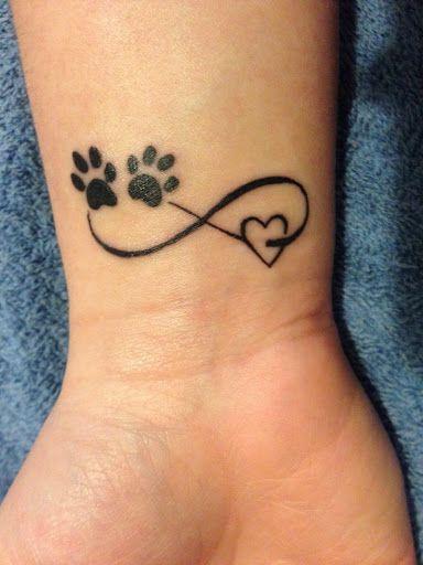 Motif tatouage infini sur le poignet avec un coeur et patte de chat