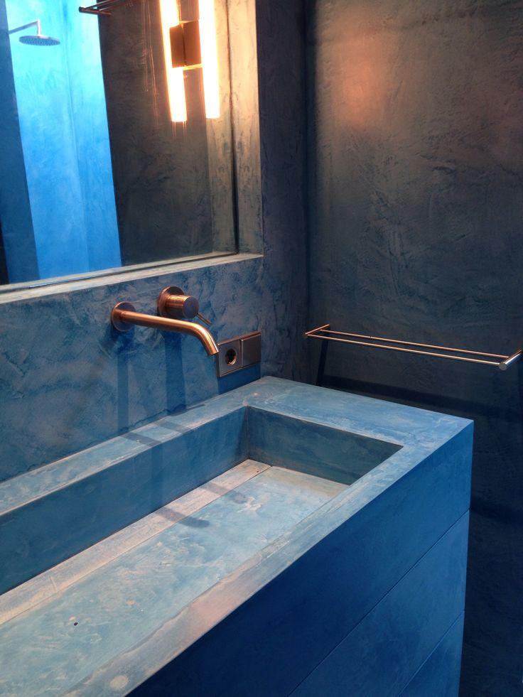 Weer een zeer gewaagde badkamer in #vanriemsdijkblauw Beal Mortex. Dit voor een zeer luxe appartement in hartje Amsterdam