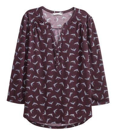 Weinrot/Vögel. Weites Shirt aus zartem, weichem Jersey. Modell mit V-Ausschnitt, kurzer Knopfleiste und 3/4-langen Puffärmeln. Schulterpasse und