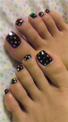 Diseño de uñas, topos en las uñas, pedicure, pies en verano, lunares en las uñas, polka dot nails www.PiensaenChic.com