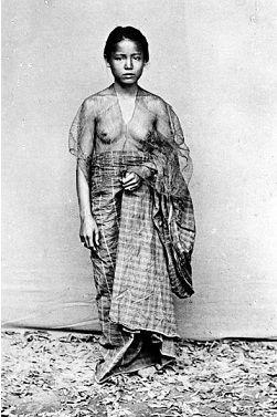 Wanita Bugis memakai pakaian sederhana sehelai sarung menutupi pinggang sampai kaki serta pakaian tipis longgar dari kain muslin kasa, memperlihatkan payudara serta leluk-lekuk dada