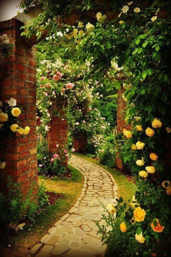100 Gartengestaltung Bilder und inspiriеrende Ideen für Ihren Garten - pfad garten gestalten steinpflaster gelbe rosen