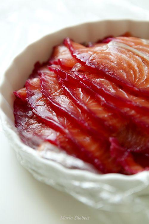 Соленый лосось со свеклой (свекольный гравлакс)