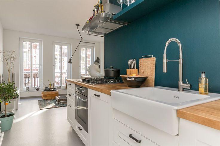 Luxe en sfeervol ingericht 2-kamer appartement gelegen in het gezellige centrum van Alphen aan den Rijn.  Unieke kans! Bent u op zoek naar een nagenoeg nieuw appartement dat u zo kunt betrekken en dat beschikt over een luxe keuken en fraaie badkame