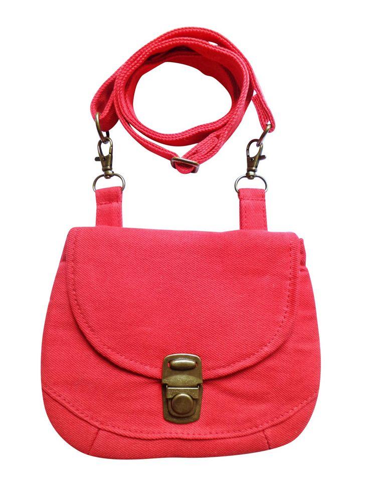 Een multifunctioneel tasje met verstelbare strap in rode denim. Op werkdagen voor 20.00 uur besteld, de volgende dag in huis.