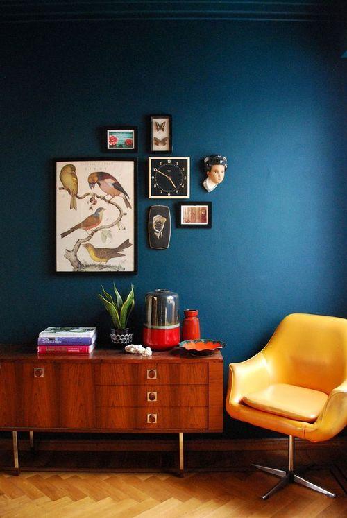 buffet retro, quadros decorativos, parede azul petróleo, cadeira amarela