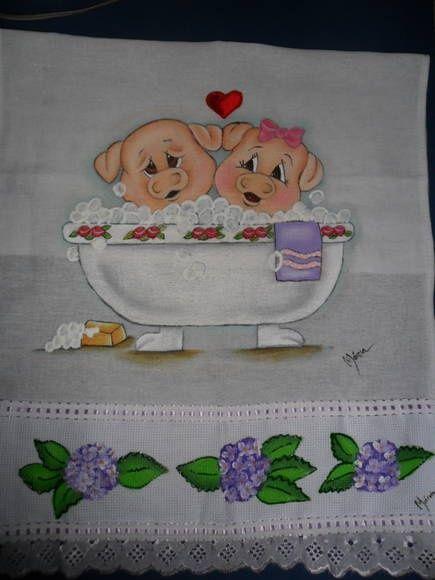 Que tal nós dois numa banheira de espuma??? Neste pano de prato pintado artesanalmente com tintas Acrilex e Acripuff para acabamento em alto relevo dando a aspecto tridimensional, o casal de porquinhos sapecas estão se divertindo num delicioso banho de espuma, apaixonados e relaxada. Na barra, algumas hortênsias para enfeitar. Uma graça! R$ 17,00: