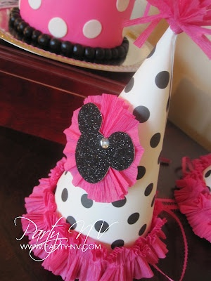 Super cute!!! Awww might have to make the girls their own special party hats.....Diy Minnie Mouse party hats