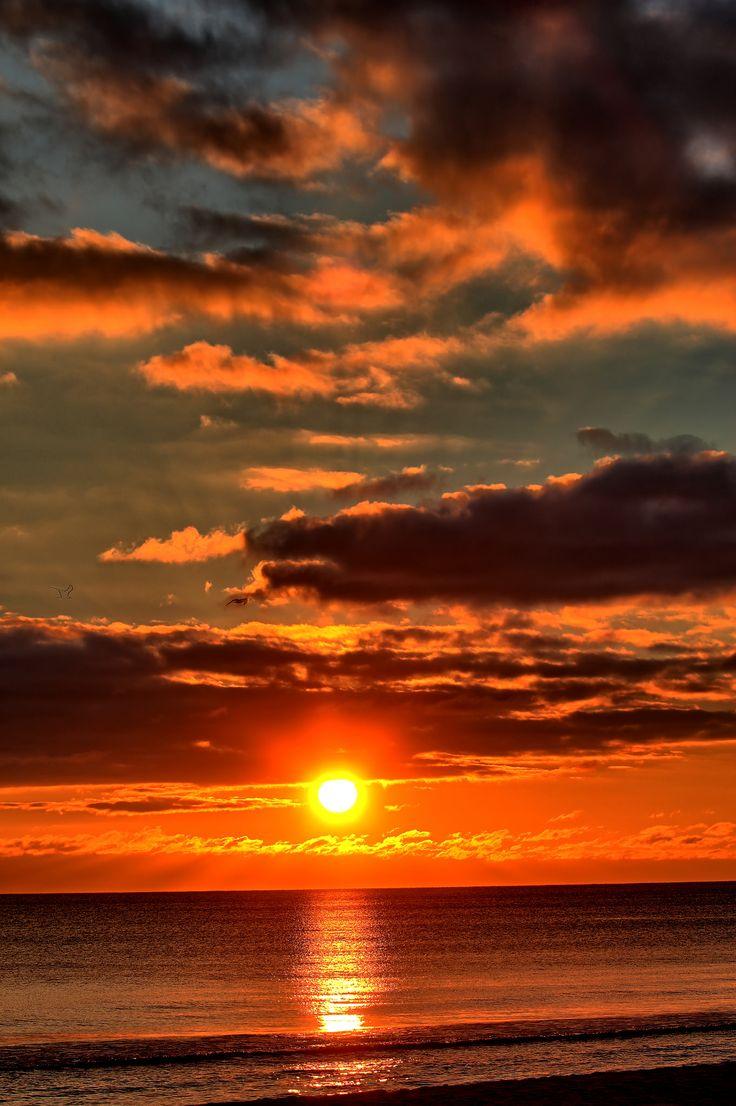 Hermosa puesta de sol en el firmamento de la Playa de Santa Rosa ubicada en Florida, USA.