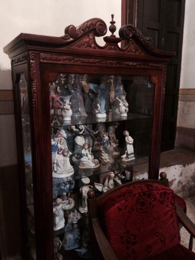 Colección de muñecos de porcelana en vitrina antigua en una casona de salvatierra