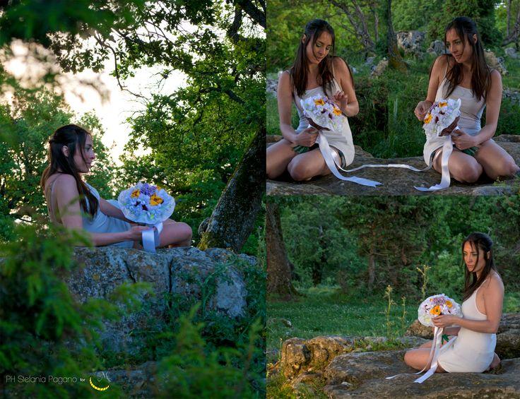 http://it.dawanda.com/product/81860531-Bouquet-da-sposa-personalizzato---su-ordinazione Típica tradición italiana que la novia tenga un ramo de flores... pero ¿qué tal un ramo que se puede mantener para siempre? :)   Ramo de novia hecho a pedido; compuesto de flores de tela y tallos tubular cubierto con lana. olora a lavanda, porque en ello pongo flores secas que seguirán dando la misma fragancia por mucho tiempo. Fotografia di Stefania Pagano Accessori…