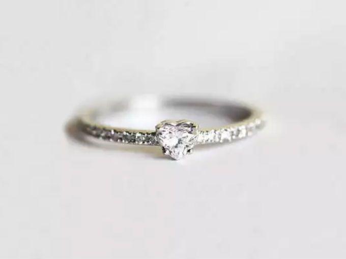 Si te gustan los accesorios discretos, los 10 anillos de compromiso que a continuación te presentamos prueban que entre más sencillos, más glam. (Vía: dose)