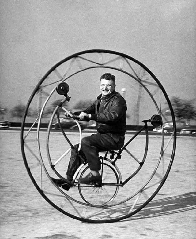 24 ретро фотографии о людях и их странных велосипедах.   Люди многие десятилетия ездят на велосипедах, но в прошлом эти средства передвижения выглядели странно и забавно.  В 1818 году профессор барон Карл фон Дрез из Бадена, Германия, запатентовал дизайн двухколёсной Laufmaschine или «машины для бега». Она состояла из двух колёс, деревянной рамы, сидения и руля. По сути, это был самокат, так как человек приводил его в движение, отталкиваясь ногами от земли. Изобретение Дреза многократно…