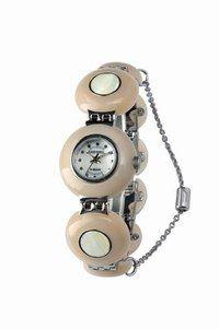 Montre cabochons Diesel - Look de fête - Avec son bracelet parcouru de cabochons en résine, cette montre au beige féminin et très doux sera l'alliée de votre look des fêtes. On aime : son esprit suranné dans la mouvance yéyé...