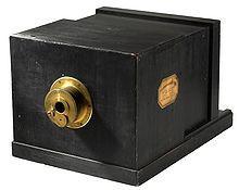 Daguerreótipo – 1839 - foi o primeiro processo fotográfico a ser anunciado e comercializado. O seu suporte não é papel mas sim uma placa metálica (por cada fotografia uma única imagem). Ainda é muito o tempo de exposição sob a luz solar e só aparecem as pessoas que estiverem realmente paradas no mesmo sítio durante algum tempo.