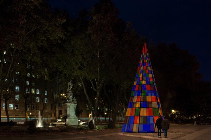 Amaya Arzuaga nos muestra este árbol formado por seis planos idénticos cubiertos de placas de metacrilato de distintos colores. Cada placa es iluminada desde el interior por un hilo luminoso fino de LED qwue bordea el perímetro.