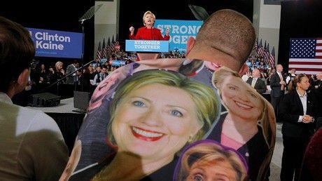 Un hombre que lleva una camiseta con el retrato de Hillary Clinton escucha mientras ella hace un discurso en la Universidad Estatal de Kent en Kent, Ohio, EE.UU., 31 de octubre