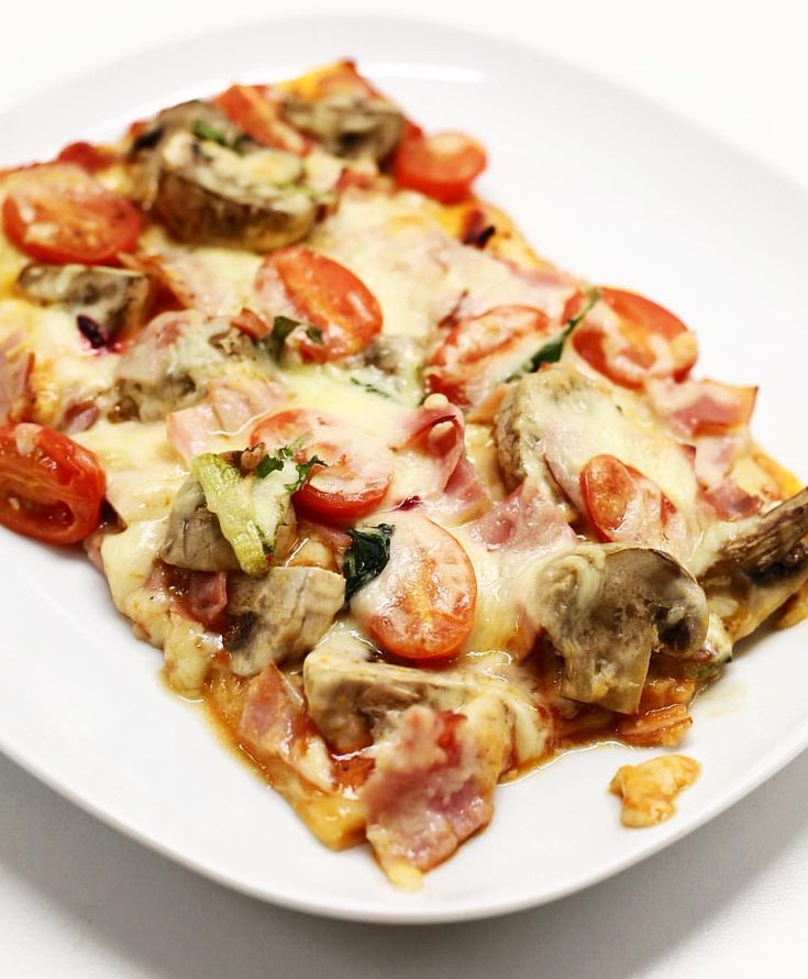 Knäckebröd knäckebrödspizza knäckepizza - Recept Recipe HEALTHY pizza: 1. Choose a crispbread 2. Add the first layer with garlic cream cheese, tomato purée and basil. 3. Add veggies, meat and cheese. 4. Bake in oven 10-15mins 200*. 5. Serve with fresh tomatoes and your choice of dressing, I choose Arla garlic créme fraîche.